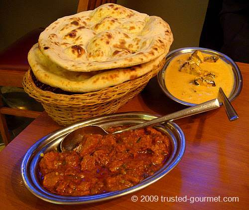 The Lamb Bhuna (red meal), the Balti chicken Tikka Masala with cream (yellow meal) and the Naan.