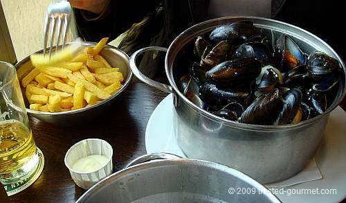 Frites with mayonnaise & moules marinières