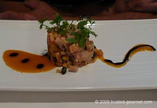 Tartare de foie gras aux mediants et jus de mangue