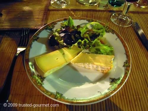 Fromages sur lit de salade